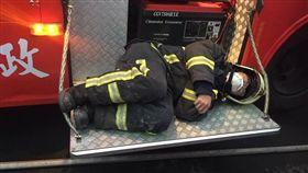 整夜打火後…消防員累癱了!13度低溫蜷曲車踏板上休息 圖/翻攝自爆廢公社