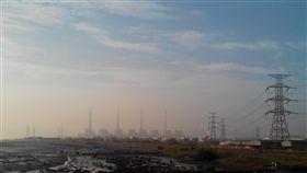 中部空污嚴重 中火與中鋼提改善計畫(1)中部地區空污嚴重,排氣大戶的台中火力發電廠常被各界要求檢討改善措施。台電表示,目前已執行空污改善計畫,會全力壓縮時程加快進度。中央社記者蘇木春攝 106年11月26日