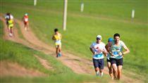 ▲奔馳在蒙古草原的馬拉松賽。(圖/大地旅行社提供)