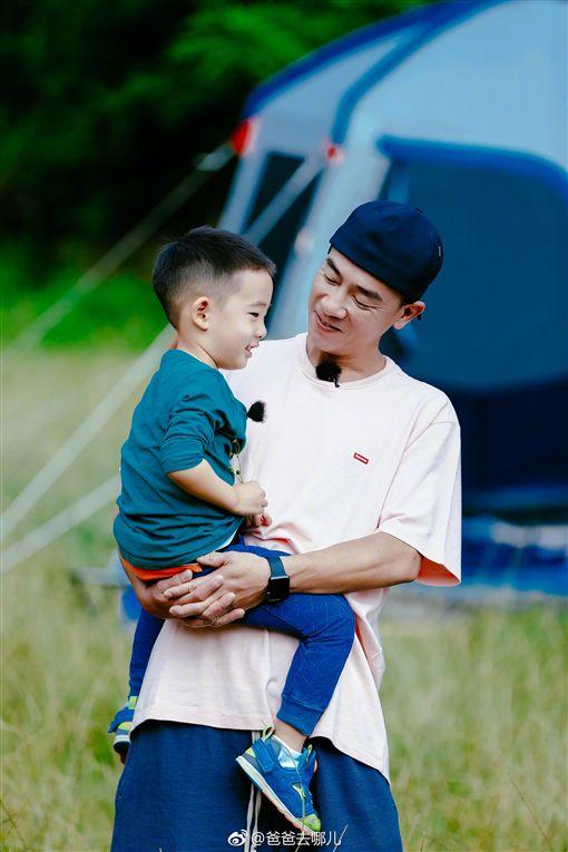 ▲陳小春與兒子Jasper(小小春)一起上真人秀。(圖/翻攝自爸爸去哪兒微博)