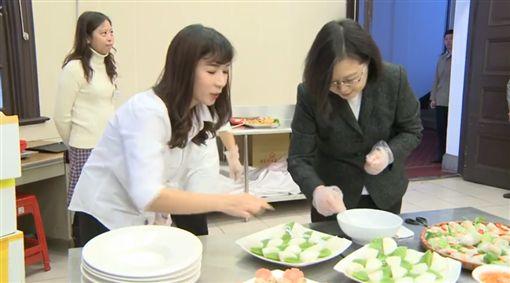 蔡英文日前邀請幾位新移民的好朋友到總統府,一起準備午餐及用餐。(翻攝蔡英文臉書)