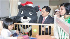 熊讚出耶誕任務,探訪新光醫院病童。(圖/新光醫院提供)