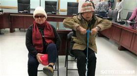 物理治療師曾致傑耐心解說指導陳奶奶透過傳球復健活動增進關節靈活度。(圖/記者楊晴雯攝)