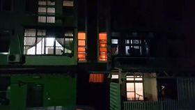燒金紙,紙錢,火災,火警,火光,台中,樓梯口,公寓,公共危險罪 (圖/翻攝自爆料公社)