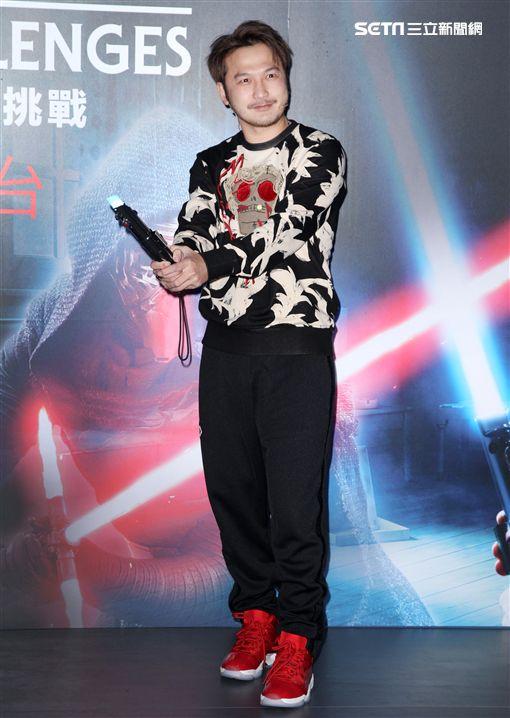 KID、王心恬星際大戰AR遊戲化身絕地武士與黑暗勢力展開對決。(記者邱榮吉/攝影)