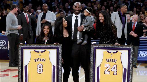 Kobe Bryant與妻子女兒一同合影(ap)