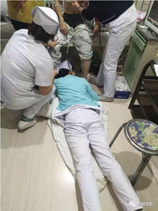 ▲大陸護理師趴在地上幫忙病人打針,認真的模樣讓他在網路上爆紅。(圖/翻攝自新聞夜航