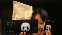 熊貓的糞便也能是一種商機!大陸大熊貓保護研究中心與紙業合作,推出用熊貓糞便、食物殘渣製成的「熊貓便便紙」,目前已在面市販售中,也讓不少大陸網友驚呼「買來擦嘴會不會聞到竹子味」。(圖/翻攝自微博)