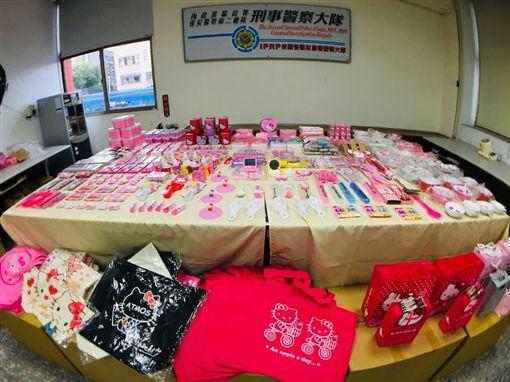 警方查扣林女家中Hello Kitty仿冒品,多達4萬多件。(圖/翻攝畫面)