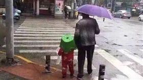 阿嬤撐傘牽孫出門,孫子沒傘撐,頭上卻驚見一頂塑膠椅。(圖/翻攝爆廢公社)