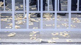 全國關廠工人成員前往交通部撒冥紙抗議 圖/記者林敬旻攝