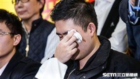 針對新黨黨工遭搜索,新黨副主席李勝峰召開記者會說明,新黨發言人王炳忠情緒不穩落淚。 圖/記者林敬旻攝