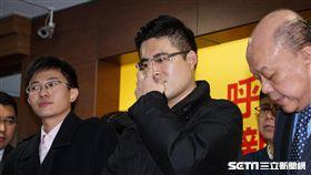 針對王炳忠、侯漢廷等人遭搜索,新黨副主席李勝峰召開記者會說明。 圖/記者林敬旻攝