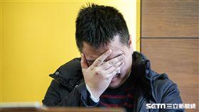 針對新黨黨工遭搜索,新黨副主席李勝峰召開記者會說明,黨工陳斯俊情緒不穩落淚。 圖/記者林敬旻攝