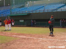 ▲統一獅內野手陳傑憲出席台日棒球教室指導國中球員。(圖/記者蕭保祥攝)