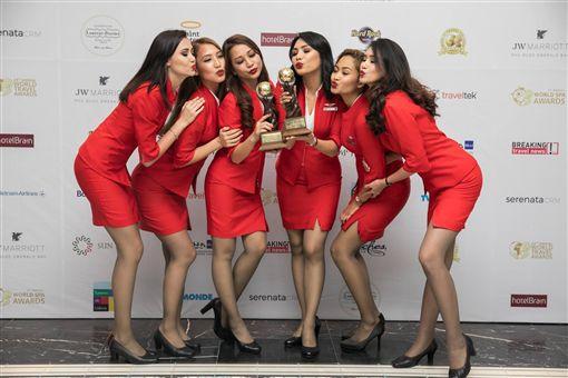 馬來西亞空姐制服遭議員批評太過暴露。(圖/翻攝臉書)