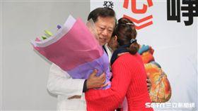 27年前李秀英成功換心,今天現身記者會,看見當年替其執行心臟移植手術的醫師魏崢,2人都紅了眼眶。(圖/振興醫院提供)