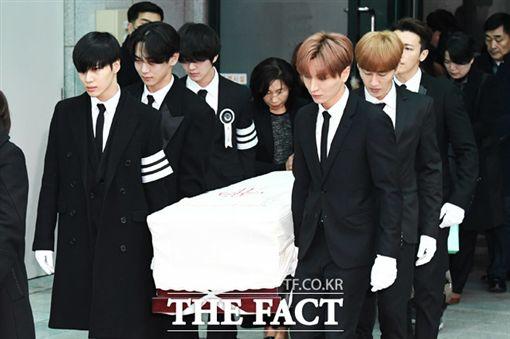 ▲SHINee及SJ成員為鐘鉉抬棺。(圖/翻攝自THE FACT)