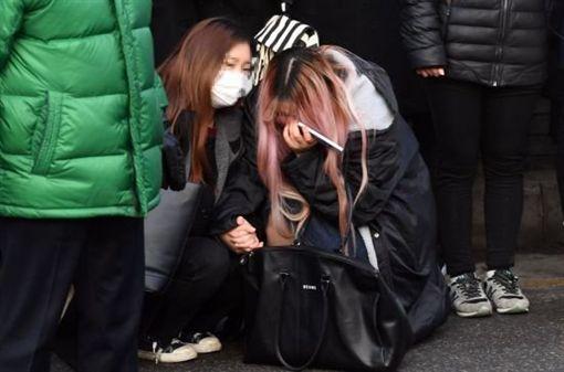 鐘鉉出殯 粉絲哭倒一地/翻攝自韓網