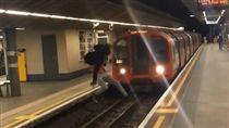 英國,地鐵,列車,極限玩家,月台(圖/翻攝自uglyfuckingteen  Instagram)https://www.instagram.com/p/Bb7kw8OFo-z/