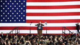 川普出訪亞洲 首站日本美國總統川普5日搭乘空軍一號總統專機抵達日本,在橫田空軍基地發表演說。這是川普1月就職美國總統以來首次訪問日本。(共同社提供)中央社  106年11月5日