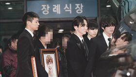 ▲鐘鉉告別式,成SHINee五人最後合照。(圖/翻攝自topstarnews)