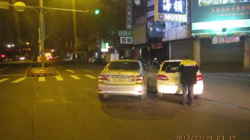2車「同廠同款」路中相撞 警巧路過協助