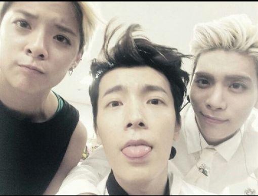 ▲(左起)Amber、東海、鐘鉉被粉絲稱作《恐龍三兄妹》。(圖/翻攝自AMBER IG)