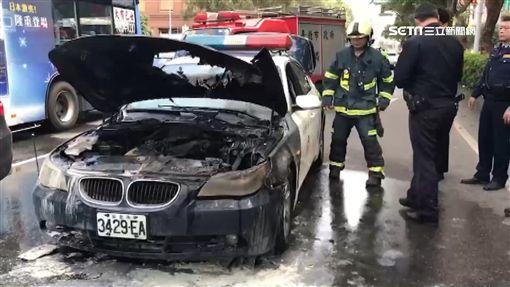 車隊警車自燃燒破大洞 馬英九包1萬2紅包「壓驚」/圖翻攝自爆料公社臉書
