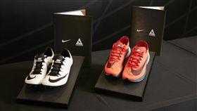 Nike致贈以運動員為靈感而創新研發的Nike Zoom Superfly Elite釘鞋(白)以及Nike Zoom Vaporfly 4%跑鞋(紅)給田協,作為雙方合作的代表信物紀念。(圖/Nike提供)