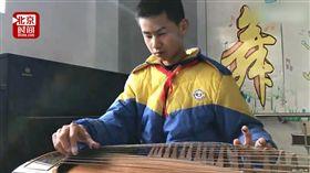 影/14歲國中生失明10年 成功考取古箏業餘最高級證書 圖/翻攝自秒拍 https://www.miaopai.com/show/F1YI8CQ-lWDgHjGd63YJuHyrWs3Z7S2ArT8uvw__.htm