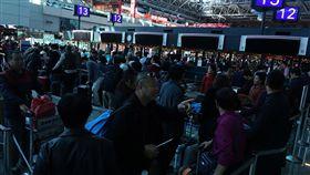 桃機瞬間跳電 影響1500人次旅客桃園國際機場第二航廈22日上午因為有超過2萬5000安培電流產生,造成瞬間跳電,影響旅客共1500人次。中央社記者邱俊欽桃園機場攝 106年12月22日