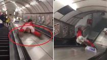 英國一名22歲男子安德魯斯(Freddie Andrews)因酒喝後太興奮,一時興起爬到地鐵手扶梯上「溜滑梯」下樓,不料他的下體就直接撞上手扶梯中間的凸起物,最後還慘遭噴飛。不少網友看到後,紛紛笑噴表示「有股蛋蛋的哀傷」。(圖/翻攝自YouTube《Freddie Andrews》)
