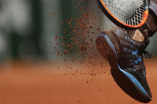 Andy Murray於法網時拍掉鞋子上的紅土(ap)