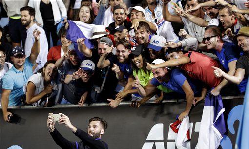 Benoit Paire澳網時和場邊球迷玩起自拍(ap)