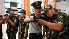 共軍發布軍營開放辦法 加強國防教育中共中央軍事委員會日前批准並印發了「中國人民解放軍軍營開放辦法」,宣稱是為了在新形勢下,發揮軍隊資源優勢推動全民國防教育普及深入的重要舉措。圖為安徽合肥市小朋友到軍營學習體驗。(中新社提供)中央社 106年10月12日