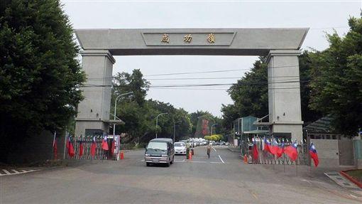 成功嶺Photo Credit:wiki/玄史生https://zh.wikipedia.org/wiki/%E6%88%90%E5%8A%9F%E5%B6%BA#/media/File:Chengkungling_Main_Gate_Front_Oct2011.jpg