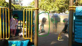 「我先來的大家都不能玩」女童霸佔遊樂設施 網怒批沒家教/圖翻攝自爆怨公社