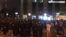 勞工團體上街遊行抗議,台北市警局將依相關事證從嚴究辦,另外,警員欲將李女帶上車時,對方竟開始脫衣,警員只好用保護管束衣包住,再將她帶上警備車載離現場(翻攝畫面)