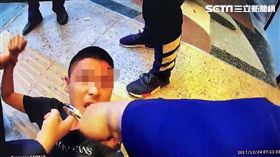 兩方人馬在林森北路酒店門口大打出手,有人還拿出折疊刀逞兇,導致2名男子遭利刃劃傷,警方當場逮獲吳、肯2人,訊後將依社維法送辦(翻攝畫面)