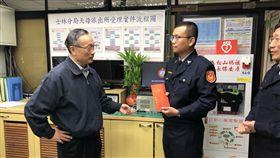 警政署長陳家欽探視慰問員警。(圖/翻攝畫面)