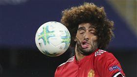 ▲arouane Fellaini遭球「打臉」。(圖/美聯社/達志影像)
