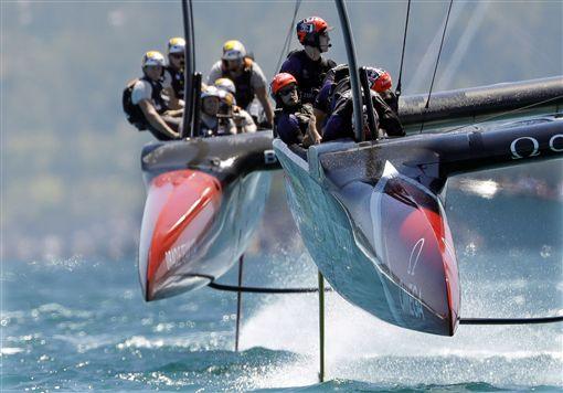 美洲盃帆船賽第四場比賽,甲骨文暫時超越酋長。(圖/美聯社/達志影像)