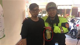 ▲洪姓男子幫忙警方抓通緝犯,還買飲料犒賞警察。(圖/翻攝畫面)