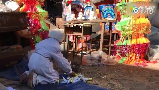 中國大陸,山西,葬禮,孤兒跪地磕頭向村民道謝(圖/翻攝自秒拍)