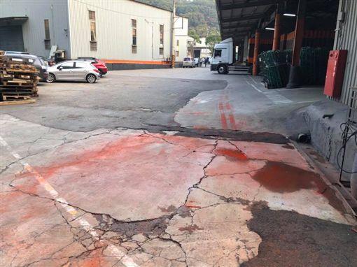 今(25)日桃園有一家物流公司的員工不慎打翻顏料,為了要清洗顏料,將橘紅色廢水排入溪流,導致忠義路的光華坑溪呈現橘紅色。對此,環保局表示,依法告發可處公司3萬元以上300萬元以下罰鍰。(圖/翻攝自龜山生活通臉書)
