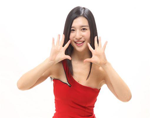 日本性感女優古川伊織接受三立新聞網專訪,以俐落洋裝展現S曲線好身材。(記者邱榮吉/攝影)
