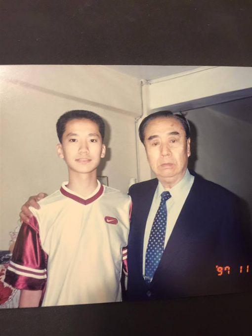 何守正與爸媽(圖/翻攝自何守正臉書)
