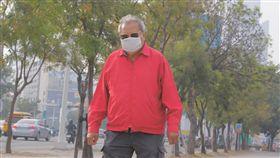 高雄市區空氣品質不良(2)環保署表示,25日空氣品質除了高屏地區因境內污染物影響,其他縣市均因冷氣團挾帶境外污染物而不佳,26日境外空污影響減緩,未來3天中部以北空氣品質為普通至橘色等級,雲林以南仍為紅色等級。圖為高雄市區空氣品質不良,民眾在戶外配戴口罩。中央社記者董俊志攝 106年12月25日