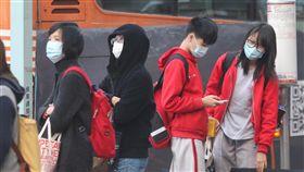 氣溫下降空氣品質不佳 民眾戴口罩出門受到大陸冷氣團挾帶境外污染物影響,氣溫下降、空氣品質不佳,台北街頭25日有不少民眾戴口罩出門。中央社記者謝佳璋攝 106年12月25日
